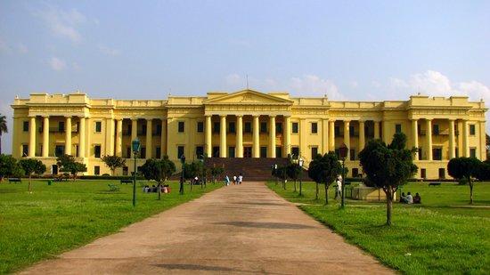 1486111317-hazarduari-palace-museum.jpg